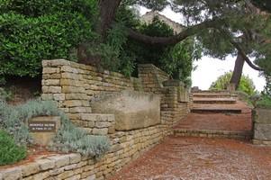 Allée des sarcophages